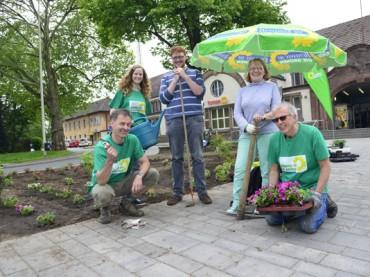 Pflanzaktion: Grüne werten den Bahnhofsvorplatz auf