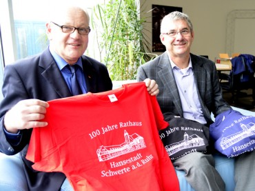 Schwarz, rot, blau: T-Shirts zum 100. Geburtstag des Schwerter Rathauses