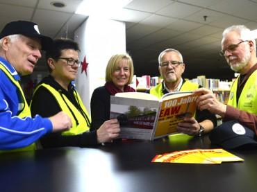 100 Jahre Eisenbahnausbesserungswerk: EAW-Buch an Stadtbücherei übergeben