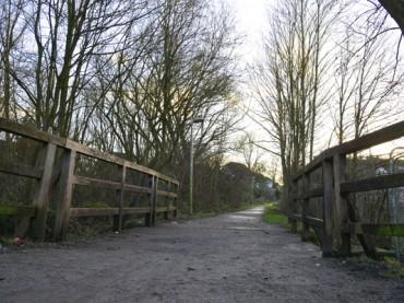 Holzbrücke und angrenzende Grünflächen bleiben nachts eine Tabuzone