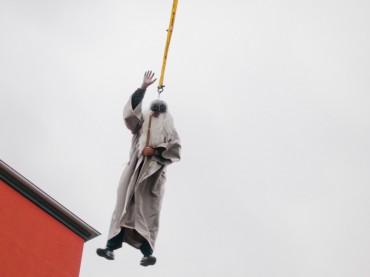 Abisturm am Friedrich-Bährens-Gymnasium mit fliegendem Schulleiter