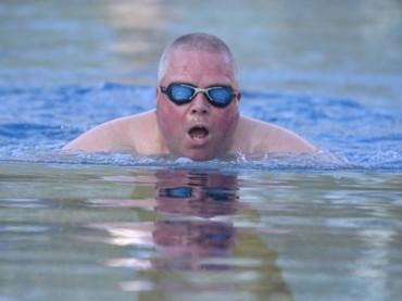 Großer Andrang im Elsebad – Nils Bohr der erste Schwimmer der neuen Saison