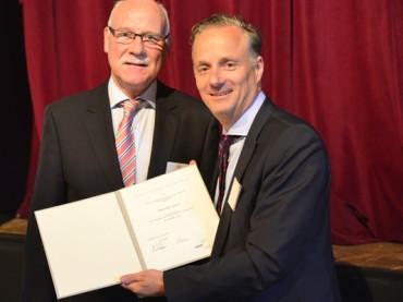 Silberne Ehrennadel für Jürgen Tekhaus – Guter GWG-Abschluss