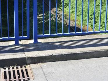 Gefährlicher Eingriff in Schienenverkehr: Gullideckel auf Bahngleise geworfen