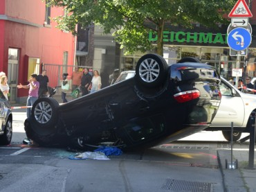 81-Jährige verursacht spektakulären Unfall in Haselackstraße