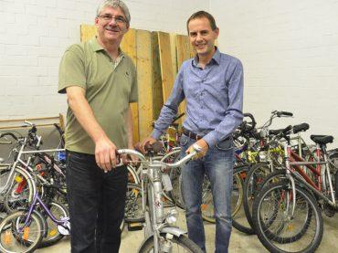 DRK übergibt Fahrräder an den AK Asyl