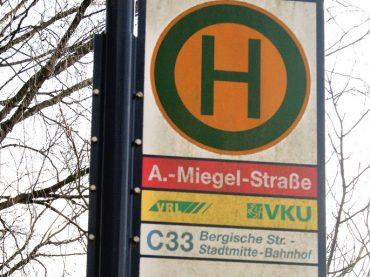 Die Haltestelle, die noch immer Agnes-Miegel-Straße heißt