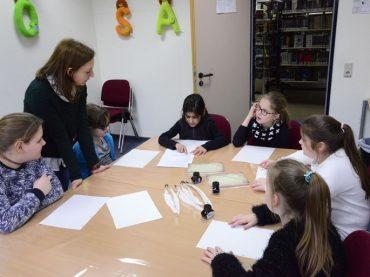 Auf du und du mit dem Stadtarchiv: Schüler zu Besuch bei Beate Schwietz