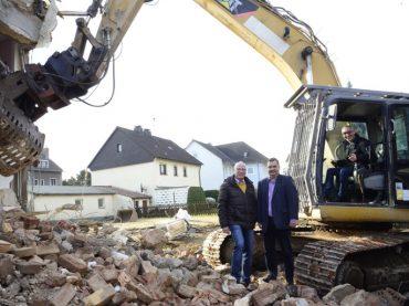 Der Abrissbagger ist da: Klimaschutzsiedlung Lohbachstraße entsteht