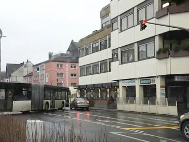 Autofahrer übersehen Ampel: Gefährliche Situationen am Busbahnhof