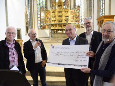 """Lions übergeben """"großartige""""Spende: 10000 Euro für den Altar in der St. Viktorkirche"""