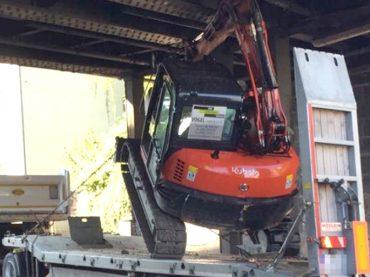 Bagger steckt unter Bahnbrücke: 170000 Euro Schaden