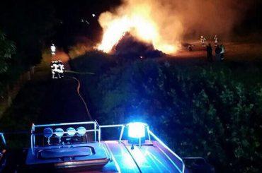 Vermutlich Brandstiftung: Strohmiete brannte in der Nähe zur Autobahn
