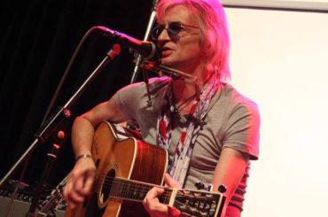 Robin Stone spielt im Stall