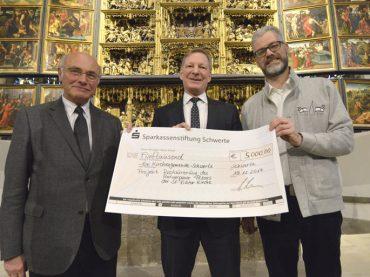 Der letzte Baustein für die Restaurierung: Sparkassenstiftung spendet 5000 Euro für den Altar