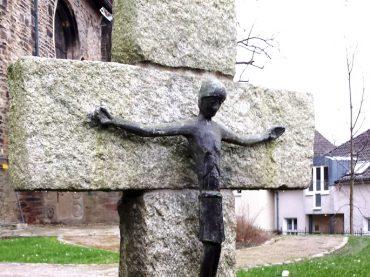 Wegekreuz und Glocken haben Platz gefunden an und in St. Viktor – Neuer Klang der Stundenglocke