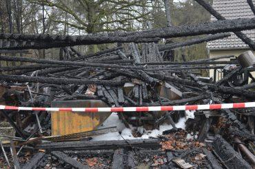 Scheune brennt nieder: Feuerwehr schützt benachbartes Wohnhaus