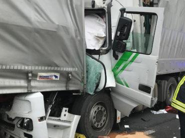 Schwerer LKW-Unfall auf der A1: Fahrer stirbt