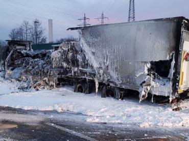 LKW brannte auf A1 aus – Löschwasser gefror