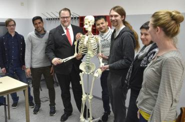 Nicht mal Haut, nur noch Knochen: Skelett Jamal hilft im Bio-Unterricht der VHS