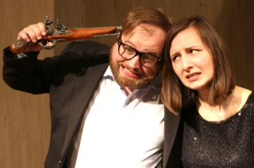 """Theater am Fluss: Verarmter Adel sucht """"ehrenwerten"""" Abgang"""