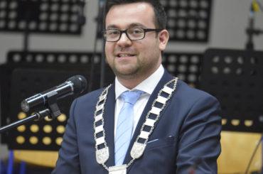 Erst der Amtseid, dann die Kette: Dimitrios Axourgos ist nun hoch offiziell Schwertes Bürgermeister