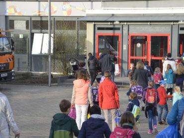 Schulstart in Ergste: Kein Unterricht am Dienstag – Fluchttreppen bereiten Probleme – Befürchtetes Verkehrschaos blieb aus