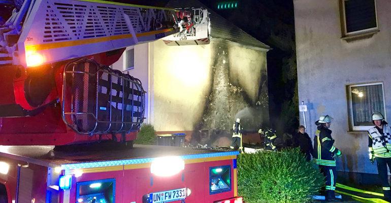 Brandstiftung: Sperrmüll brannte zwischen zwei Häusern