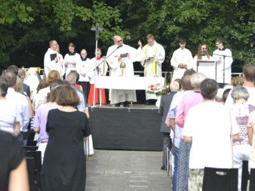 Fronleichnam: Messe unter sengender Sonne und Prozession auf sicheren Wegen