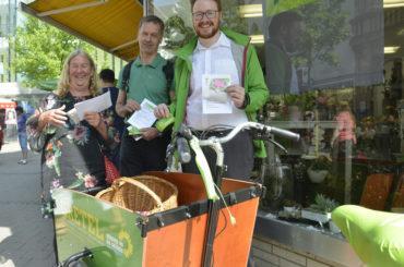 Ein Paradies für Bienen: Grüne verteilten Blumensamen