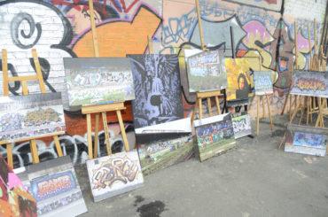 Ungewöhnlich und bemerkenswert: Graffiti hinterm Bahnhof