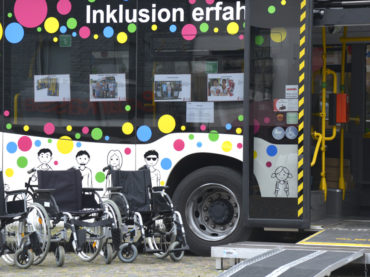 """""""JederBus – Inklusion erfahren"""": VKU feierte auf dem Markt Geburtstag"""