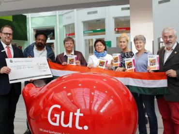 """Sparkasse spendet 1000 Euro an """"Hilfe für Adimali"""""""