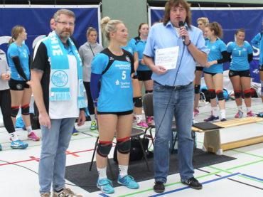 Volleyballerinnen spenden der Schwerter Tafel