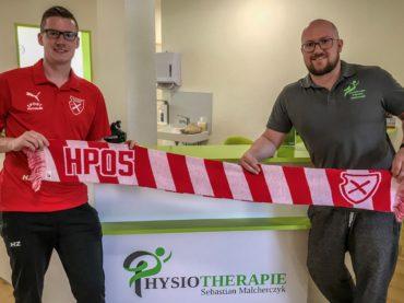 Sebastian Malcherczyk betreut Holzpfosten physiotherapeutisch
