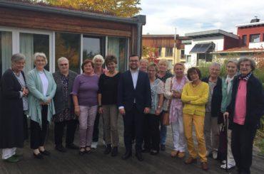Frauen der Schwerter Beginenhöfe empfangen Bürgermeister Dimitrios Axourgos