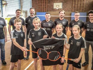 Jugendteam spielt Badminton bei den Holzpfosten