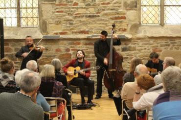 Gypsy meets Christmas: Beswingtes Konzert mit Joscho Stephan und Band
