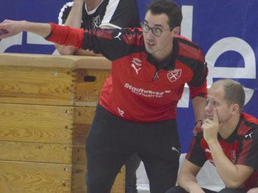 Holzpfosten verlieren Spiel und Trainer Wendelin Kemper